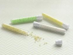 Röhrchen mit 350 durchsichtigen Perlen mit bunten Einschlüssen - ockergelb