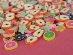 100 Scheiben aus Polymer Clay - rote und violette Sterne