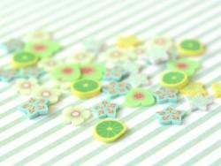 100 Scheiben aus Polymer Clay - grüne und violette Sterne