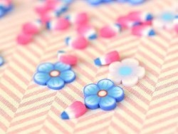 100 tranches en pâte polymère - fleurs bleues