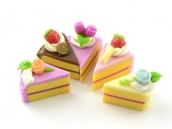 5 miniature pieces of cake