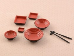 Schwarz-rotes Miniaturgeschirr und Essstäbchen