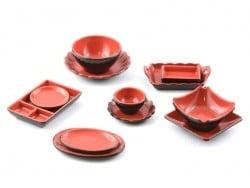 Schwarz-rotes Miniaturgeschirr