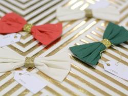 4 décorations cadeaux noeuds en crépon blanc