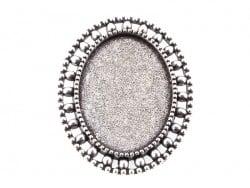 1 ovaler, silberfarbener Broschenrohling mit Cabochonfassung und verziertem Rand - 33 mm
