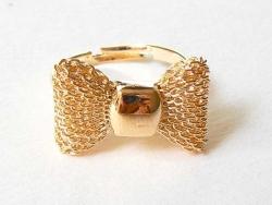 Niedlicher, goldfarbener Ring mit kleiner Schleife