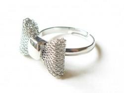 Niedlicher, silberfarbener Ring mit kleiner Schleife