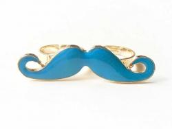 Une double bague moustache bleue