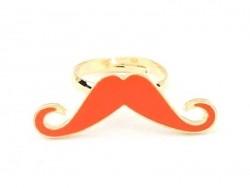 Ring mit rotem, länglichem Schnurrbart