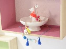 Collier oiseau et pompon fluo