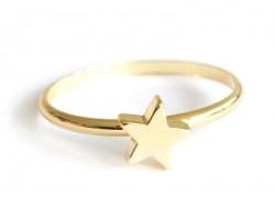 Schmaler Ring mit einem kleinen Stern - goldfarben