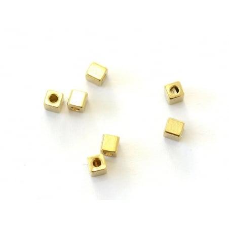 Perle métallique carrée dorée  - 2