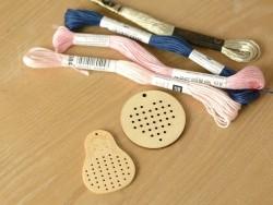 Pendentif à broder en bois - Poupée matriochka