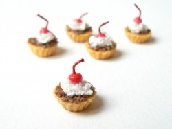 Acheter 1 tarte / cupcake miniature cerise et chocolat - 2,49€ en ligne sur La Petite Epicerie - 100% Loisirs créatifs