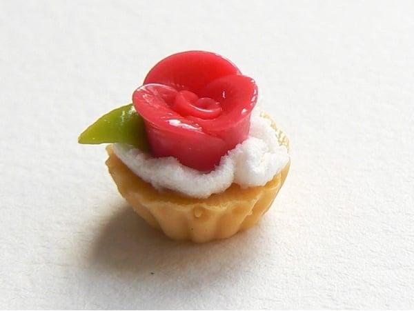 1 tarte cupcake miniature avec fleur en p te sucre la petite epicerie. Black Bedroom Furniture Sets. Home Design Ideas