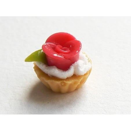 1 tarte / cupcake miniature avec fleur en pâte à sucre