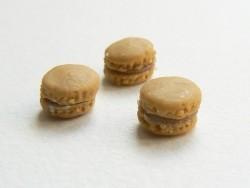 1 tiny macaron - caramel