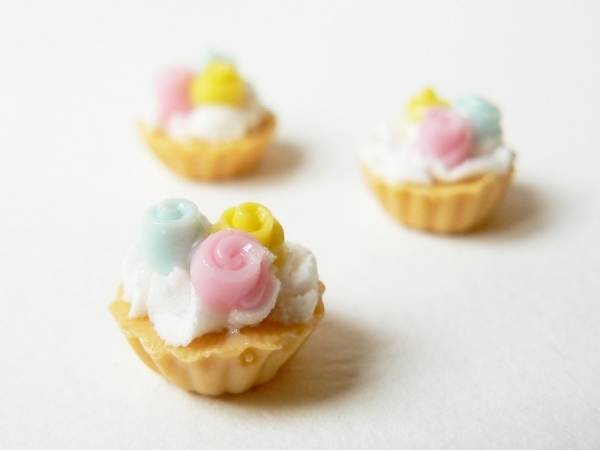 1 tart / cupcake topped with 3 roses