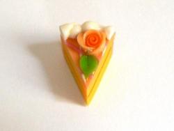 1 délicieuse part de gâteau - glaçage orange