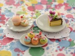 Grande assiette à bord ondulé miniature
