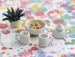 Coupe ronde à bord en festons en céramique miniature