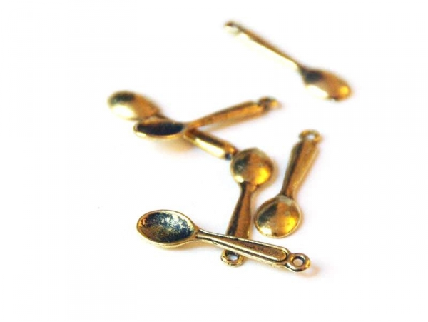 1 small, gold-coloured spoon