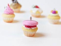 Pendentif cupcake - macaron framboise