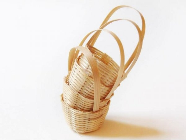 1 small wicker basket