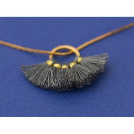 Acheter Pendentif rond doré à pompons - gris - 1,89€ en ligne sur La Petite Epicerie - 100% Loisirs créatifs
