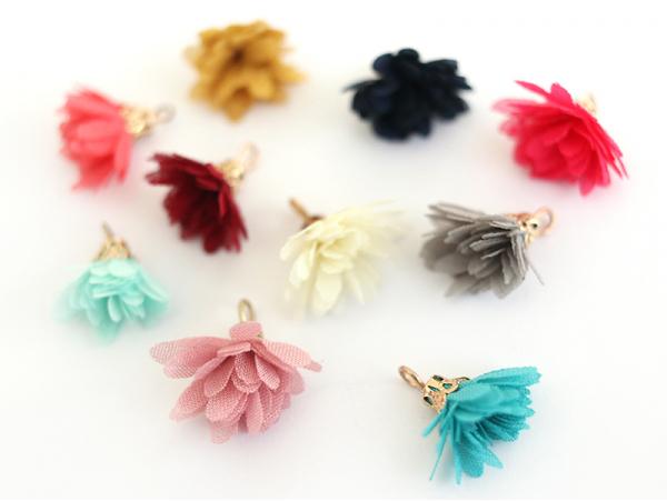 Lot de 10 pendentifs pompons fleurs en organza - couleurs aléatoires et assorties  - 1