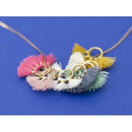 Acheter Pendentif rond doré à pompons - bleu jean - 1,89€ en ligne sur La Petite Epicerie - Loisirs créatifs