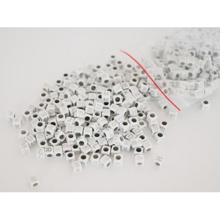 Acheter Lot de 500 perles carrées alphabet - lettres argentées - 5,99€ en ligne sur La Petite Epicerie - 100% Loisirs créatifs