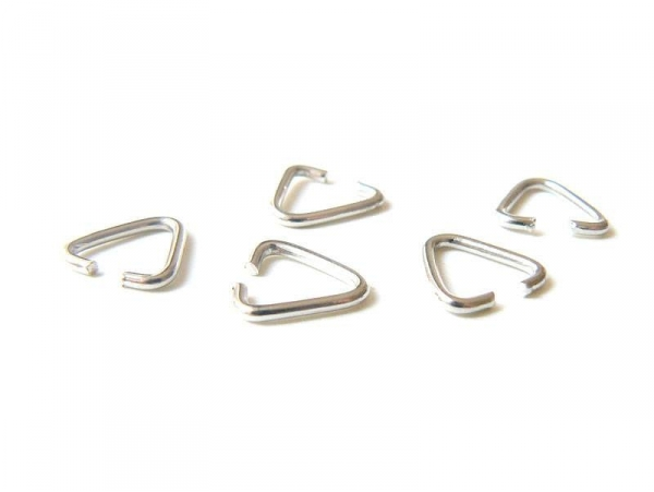 5 thin, silver-coloured bails