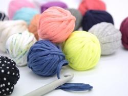 Acheter 12 mini-bobines de fil trapilho - couleurs aléatoires - 7,90€ en ligne sur La Petite Epicerie - 100% Loisirs créatifs