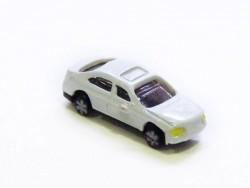 1 kleines, weißes Auto