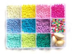 Acheter Boite de 11 couleurs de perles heishi 3 mm + accessoires - 12,99€ en ligne sur La Petite Epicerie - 100% Loisirs cré...