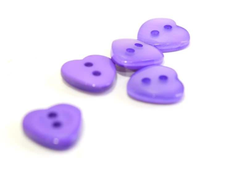 Acheter Bouton plastique - Coeur nacré violet 12x11mm - 0,39€ en ligne sur La Petite Epicerie - Loisirs créatifs