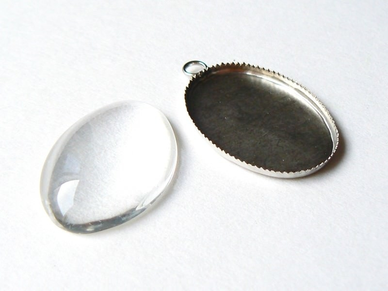 Customisable, silvery oval pendant with a glass cabochon