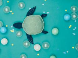 Acheter Peluche Louie la tortue de mer en coton bio et fil métallisé bleu (58 cm long) - 45,99€ en ligne sur La Petite Epice...