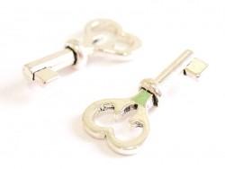 1 big silver-coloured key charm