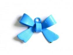 1 himmelblauer Schleifenanhänger