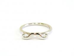 Une bague moustache couleur argent