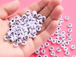 Acheter Pack boite de perles en plastique alphabet et bobine de fil élastique - 12,49€ en ligne sur La Petite Epicerie - Loi...