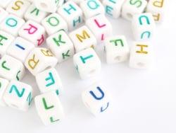Acheter 200 grosses perles carrées en plastique - lettres alphabet - multicolore et blanc - 9,99€ en ligne sur La Petite Epi...