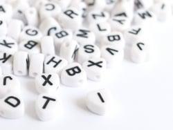 Acheter 200 perles lettres alphabet en forme de coeur - noires et blanches - 4,49€ en ligne sur La Petite Epicerie - Loisirs...