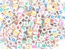 Acheter 200 perles carrées en plastique - lettres alphabet - blanc et multicolore - 5,99€ en ligne sur La Petite Epicerie - ...