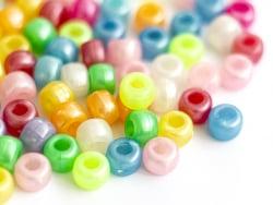 Acheter 100 perles en plastiques basiques pour enfants - couleurs nacrées - 9x6 mm - 3,99€ en ligne sur La Petite Epicerie -...
