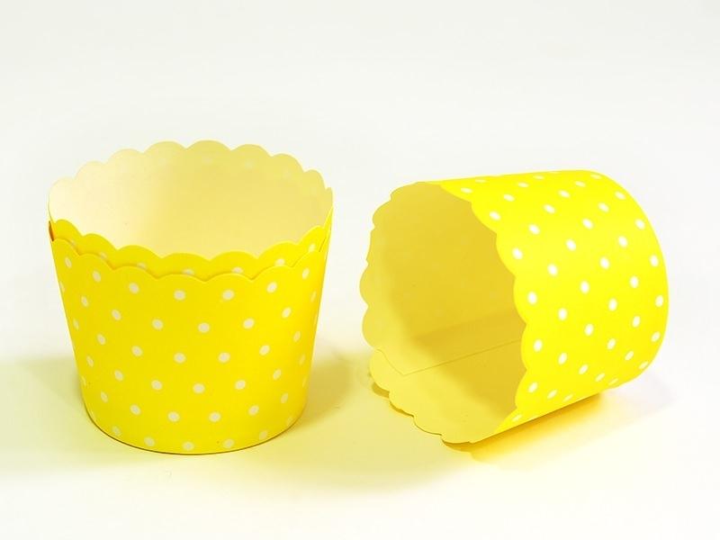 Acheter 24 Caissettes à cupcake - jaune à pois blanc - 7,50€ en ligne sur La Petite Epicerie - 100% Loisirs créatifs
