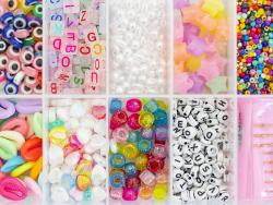 Acheter Boite valisette d'assortiment de 12 types de perles en plastique, fil et aiguilles - 16,99€ en ligne sur La Petite E...