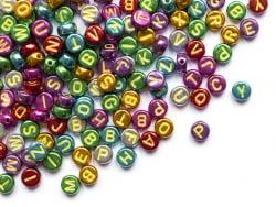 Acheter 200 perles rondes en plastique - lettres alphabet - couleurs métallisés - 7 mm - 3,99€ en ligne sur La Petite Epicer...